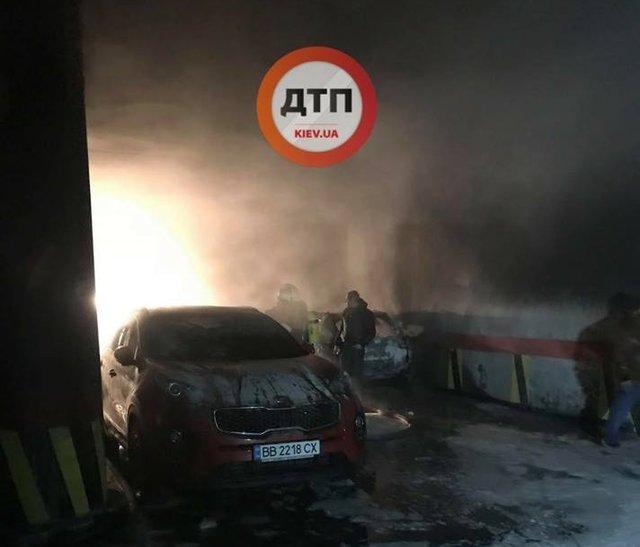 Крупный пожар в столице: Уничтожено пять авто