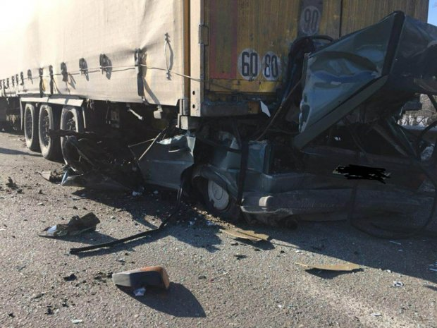 «Легковушка на скорости протаранил грузовик»: Жуткое ДТП под Одессой, есть погибшие