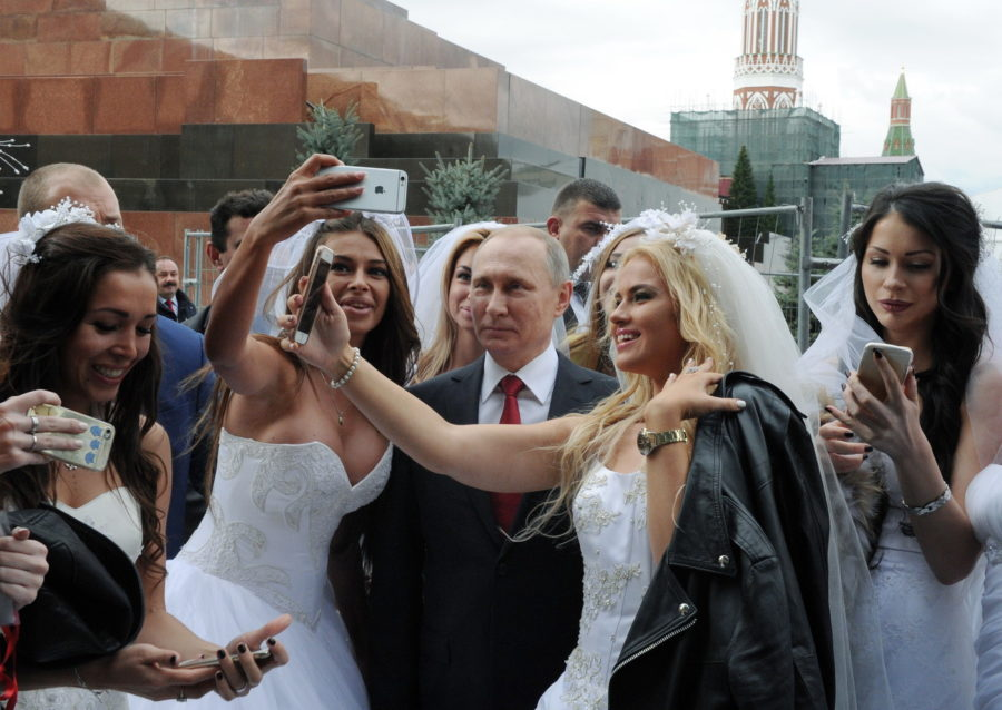 «Ее зовут Лариса Сергухина…»: Российские СМИ показали любовницу Путина, и фото их поцелуя