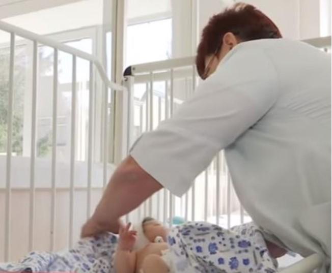 «В тряпке, на коврике под дверью»: На Львовщине в подъезде нашли младенца
