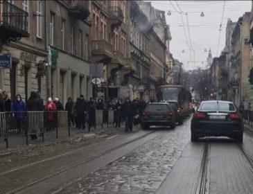 В центре Львова молодой парень попал под колеса авто