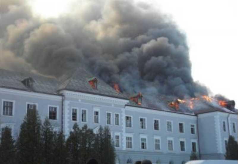«Клубы дыма закрыли небо»: На Львовщине горит бывшая военная часть (ФОТО)