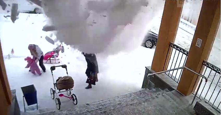 «За минуту до…»: Девочка спасла маму от падения сугроба