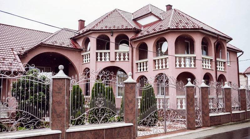 «У нас есть такие дома, что хозяин сам не знает, сколько у него комнат»: Москаль рассказал о роскошной жизни закарпатцев