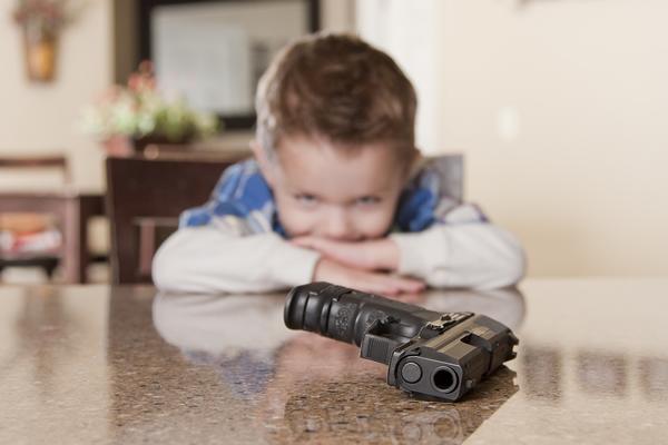 «Он подошел к ней сзади и выстрелил в голову»: 13-летнюю девочку застрелил ее 9-летний брат