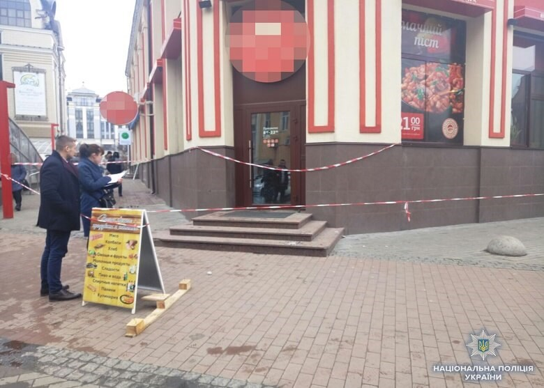 Перерезал себе горло на глазах у прохожих: В Киеве мужчина покончил с жизнью