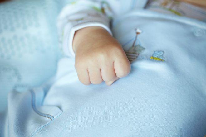 «Медленно умирал на глазах у сестренки»: Малыш замерз в собственном доме