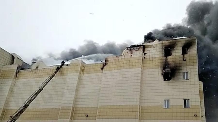 «Люди выпрыгивали из окон …»: Ужасный пожар в ТРЦ унес жизни 6-х человек, среди них 4-ро детей