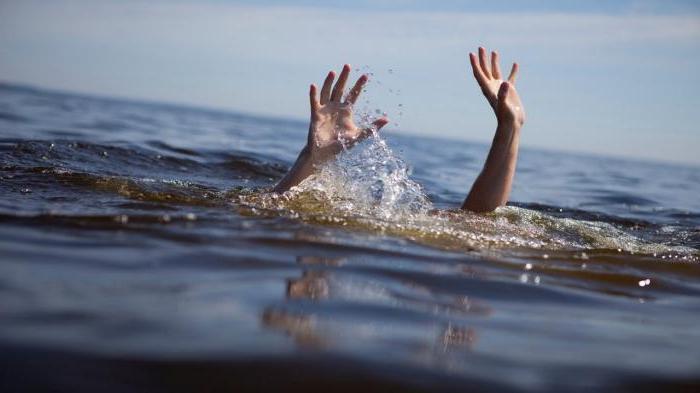 Бросился без раздумий: Врач из роддома спас женщину, которая упала в ледяную реку