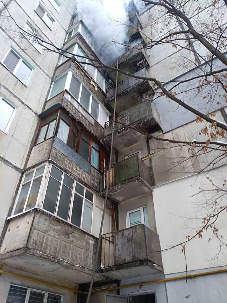 «В одной из квартир нашли…»: Пожар охватил почти весь дом, есть жертвы