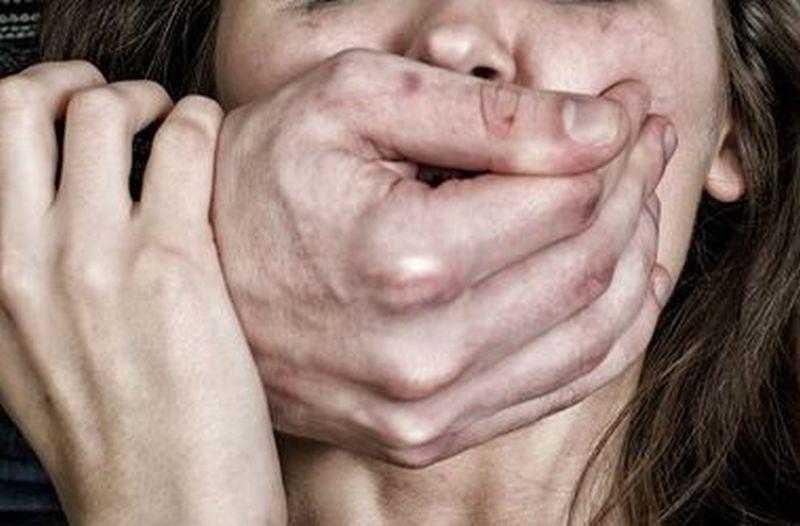 «Полумертвую вынесли из авто и понесли в дом, а там…»: Трое мужчин жестоко изнасиловали молодую девушку
