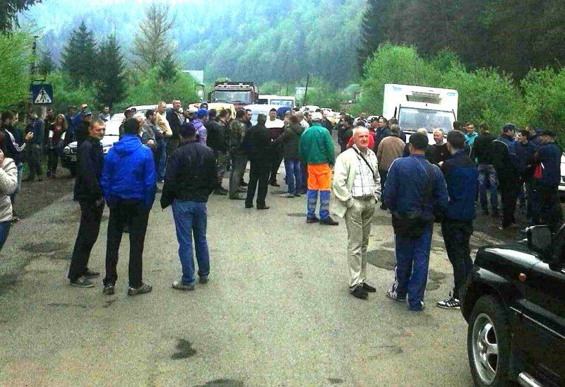 «Пропускают только кареты скорой помощи …»: Протестующие полностью перекрыли дорогу на Львов