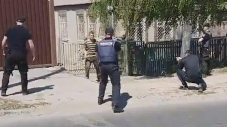 «Бросался с топором на людей»: Полиция открыла огонь по правонарушителю