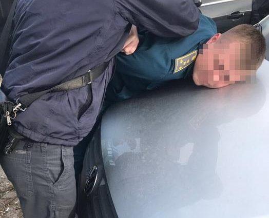Инспектор таможенного поста попался на взятке