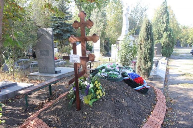 «Приехали на кладбище и…»: Вандалы поиздевались над могилой