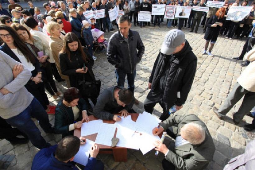 Сотни людей пикетируют Львовскую мэрию: Что происходит в центре города прямо сейчас