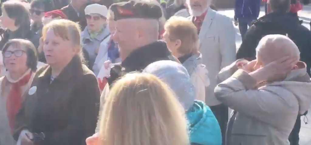 «Весеннее обострение В социальных сетях разгорелся настоящий сканадал из-за видео опубликванным местным активистом.  Сергей Стерненко рассказал, что два дня назад в Одессе прошли мероприятия, посвященные 74-ой годовщине освобождения города от нацистов. Люди вышли на улицы, чтобы почтить память погибших и вспомнить исторический момент. Мужчина рассказал, что все это время рядом находилась группа людей настроенных агрессивно.    Это видео вчера сделало мой день. Реакция ватки на гимн Украины просто бесценна.Одесса, Аллея Славы, 10.04.18, — подписал автор публикации.  После того, как начал звучать украинский гимн, агрессивно настроенные женщины пытались перекричать поющих и затянули свою песню, которая оказалась советским маршем «Священная война». «Акт экзорцизма у ваты», «Весеннее обостренее у дебилов, здесь поможет только реанимация»,»Они мне вурдалаков напоминают, только которые вылазят не ночью, а на скрепные праздники. Ждём следующего выброса 2 и 9 мая»у д*билов»: В Одессе разгорелся большой скандал. Под гимн Украины люди спели советский марш
