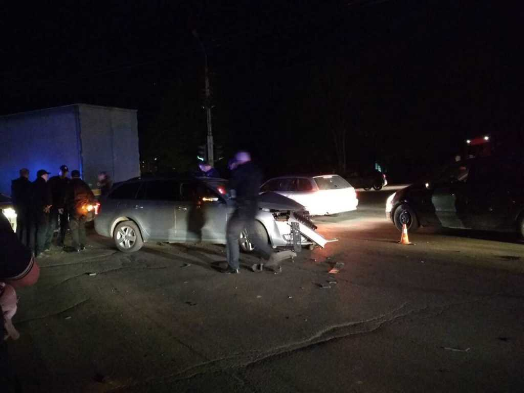 «За ним гнались несколько экипажей полиции»: Пьяный священник врезался в фуру, есть пострадавшие