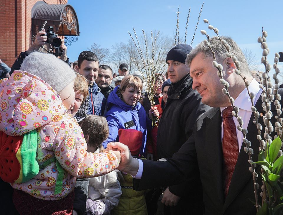 Побили вербой в Мариуполе: Стало известно как Петр Порошенко отпраздновал Вербеное воскресенье