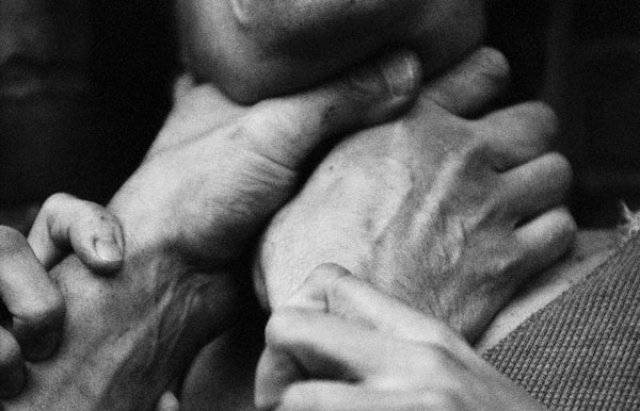 «На глазах у матери»: Брат задушил брата