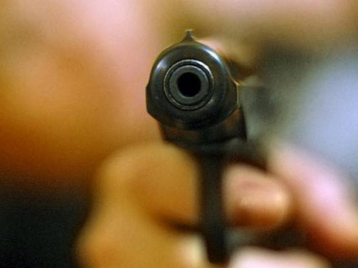 Смерть в прямом эфире: Девушка случайно застрелила друга (видео 18+)