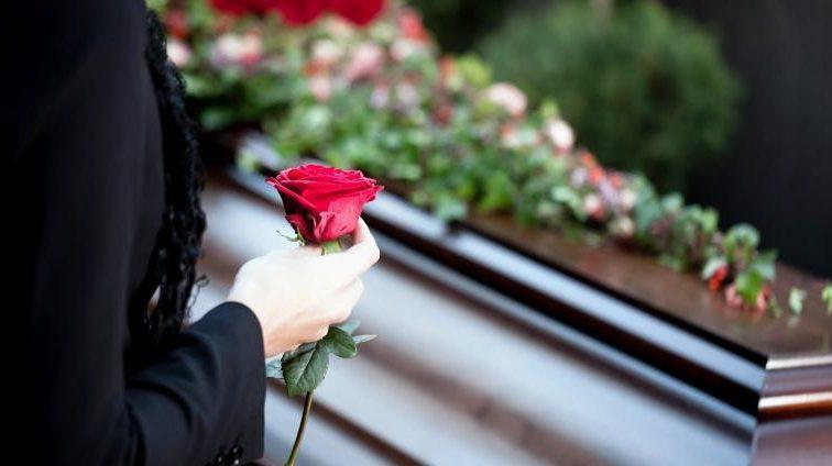 «Не умирайте в воскресенье …» Известная украинская писательница рассказала с какими трудностями столкнулась при оформлении справки для захоронения матери