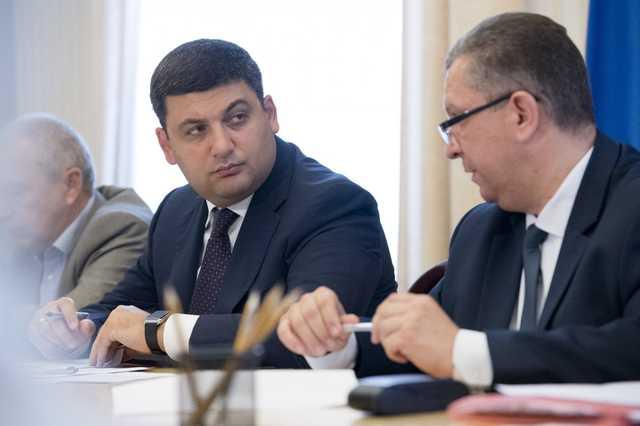 «Только в Украине можно за год…»: Гройсмана и Реву заподозрили в подделке важного документа