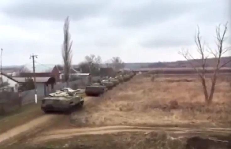 «Российские танки пробрались в Украину»: В Сети появилось видео вторжения
