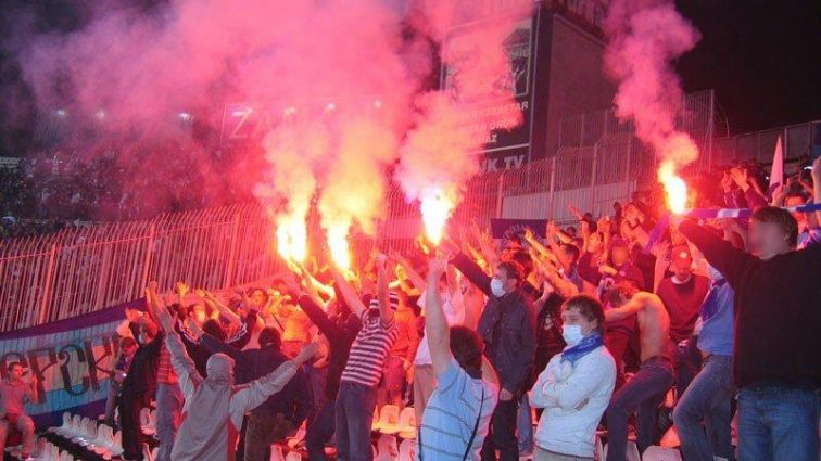 Фанаты Шахтера прямо во время матча с Динамо устроили показательное «жертвоприношение»