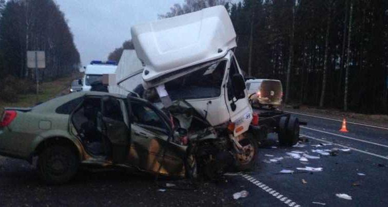 Авто на скорости влетело в грузовик: 9 человек погибли, 7 борются за жизнь