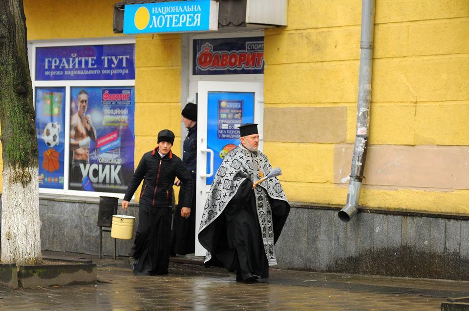 «Святое и грешное всегда рядом»: Украинцев возмутил снимок священников в лотерее