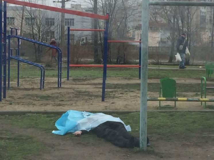 «Сильно раскатались — и ее ударило, потом придавило …»: 16-летнюю студентку убило качелями