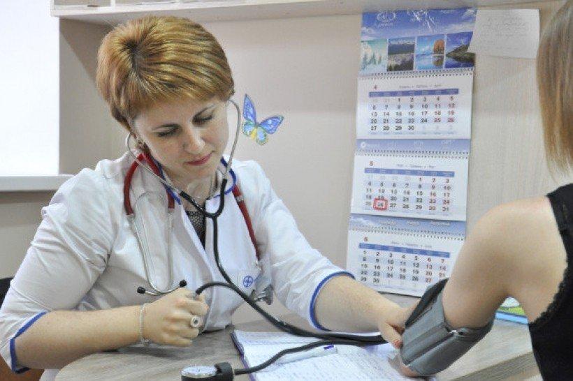 «1480 гривен за человека…»: Стала известна новая зарплата украинских врачей