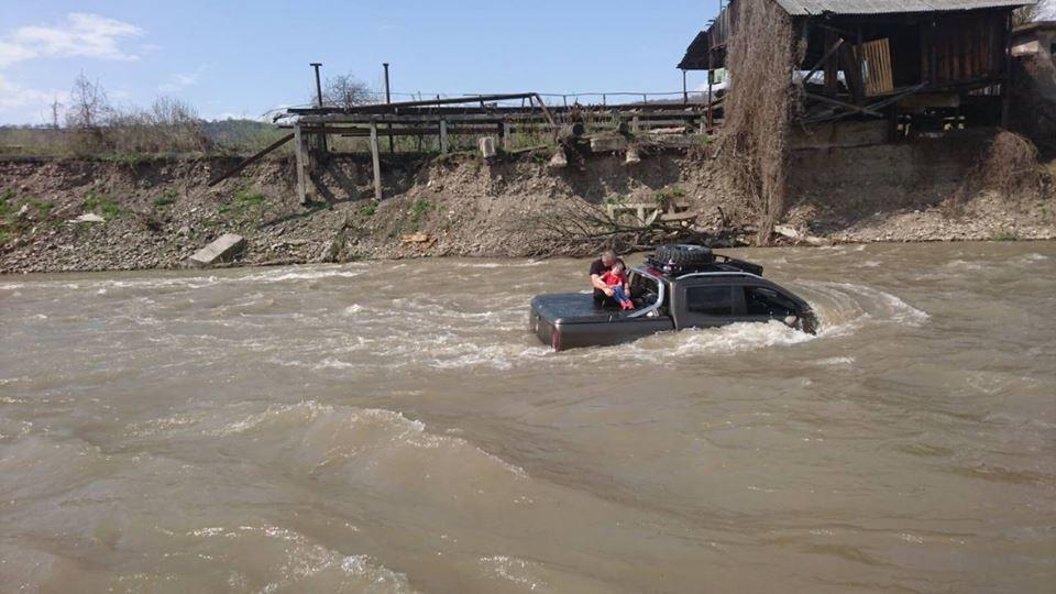«Пытался вымыть свой Mercedes»: В реку снесло автомобиль с людьми