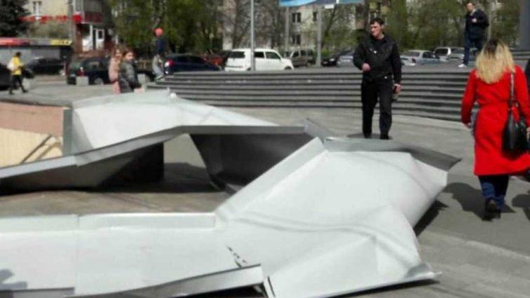 В Киеве с ТРЦ сорвало лист металла: Пострадала пенсионерка