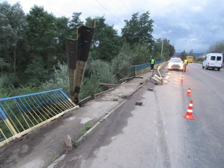Вследствие опасной ДТП вблизи Львова легковушка слетела с трассы в реку, подробности
