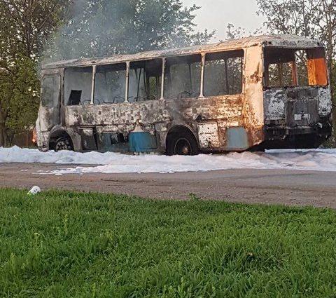 Пламя полностью уничтожило автомобиль: Под Кривым Рогом на ходу загорелся автобус
