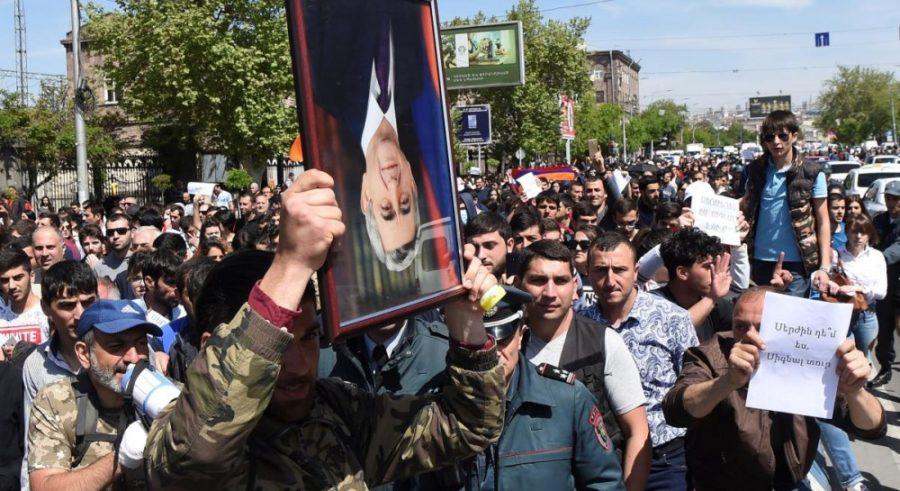 Бархатная революция: В Армении митингующих разгоняют силой и дымовыми шашками. Уже задержан лидер оппозиции