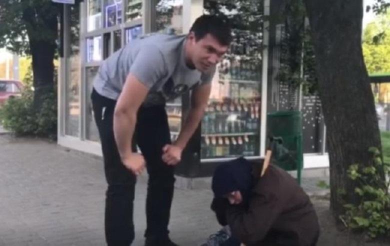«Бабуля, покажи лицо…»: В Украине разоблачили женщину, которая прикидывалась нищенкой