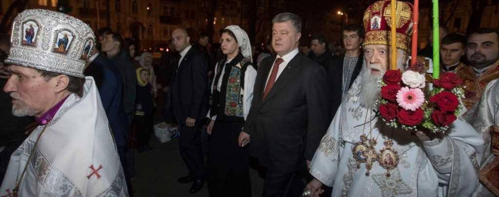 «На свою же Пасхальную службу шел пешком»: Авто с Патриархом Филаретом не пустили к Собору из-за визита Порошенко