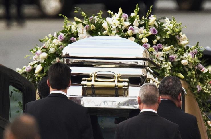 «Увешанный золотом и гроб за 50 тыс. долларов»: Сеть поразила погребальная церемония молодого миллионера