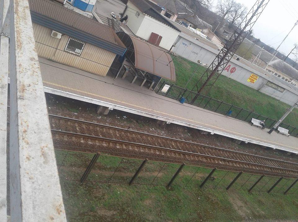 «Его оставили, как кусок мяса»: Работники станции отказались помочь человеку, которому поездом отрезало обе ноги
