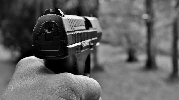 Обнаженный мужчина открыл стрельбу по посетителям кафе: Трое погибших и раненные