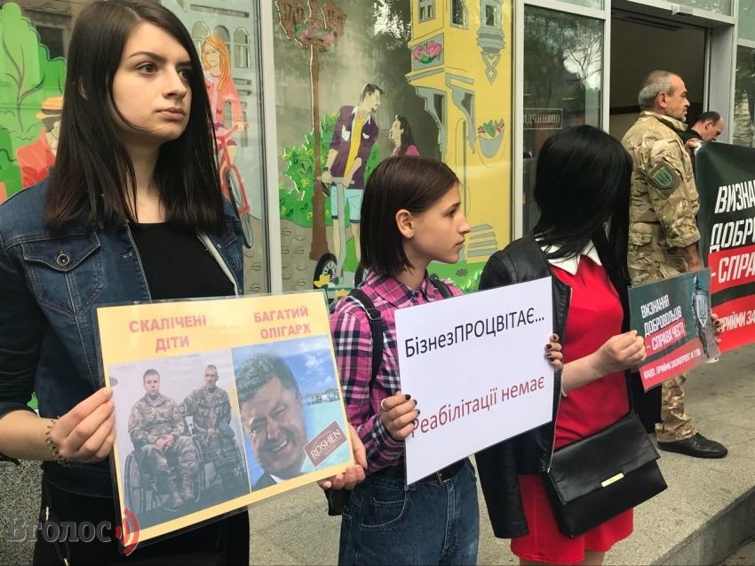 «Искаличенные дети-богатый олигарх»: Во Львове разгорелся настоящий скандал из-за политической акции против Порошенко
