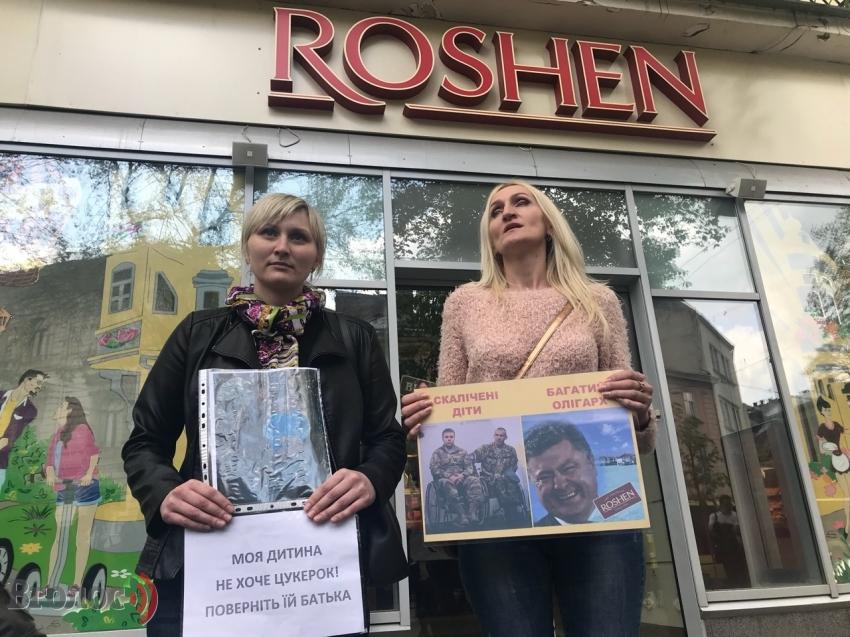 Искалеченные дети — богатый олигарх: Магазины сладостей Петра Порошенко пикетируют по всей Украине