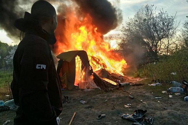 «Бросали камнями и атаковали газовыми баллончиками»: Появилось видео разгона Ромов на Лысой горе в Киеве