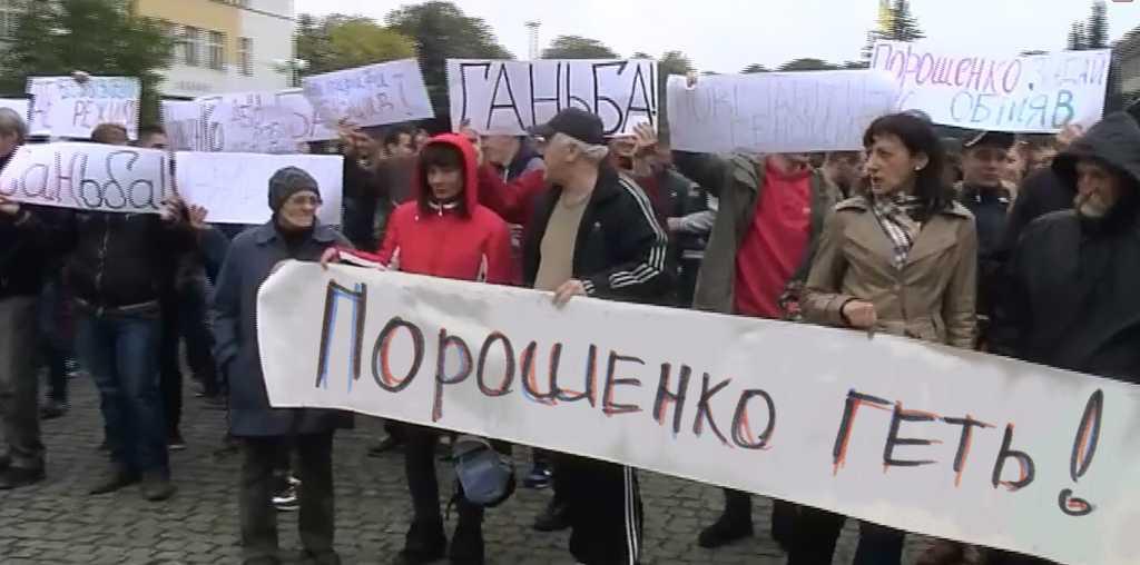 «Запутали врага»: Перед домом генпрокурора появились протестующие