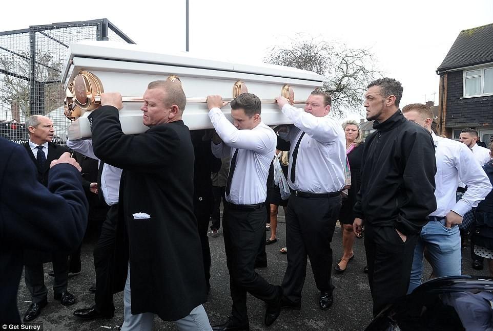 Похоронный кортеж состоял из десяти лимузинов марки «Мерседес», семи грузовиков с фотографиями: Как хоронили цыганскую баронессу