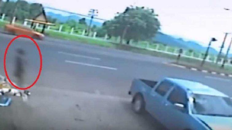 Ужасное ДТП с мотоциклом: После того, как женщина въехала в столб, ее душа покинула тело (ВИДЕО)