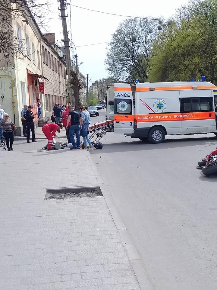 На Львовщине мотоциклист влетел в толпу: Пострадали по меньшей мере 5 человек, ребенок — в реанимации